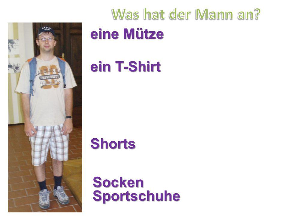 eine Mütze ein T-Shirt Shorts Socken Sportschuhe