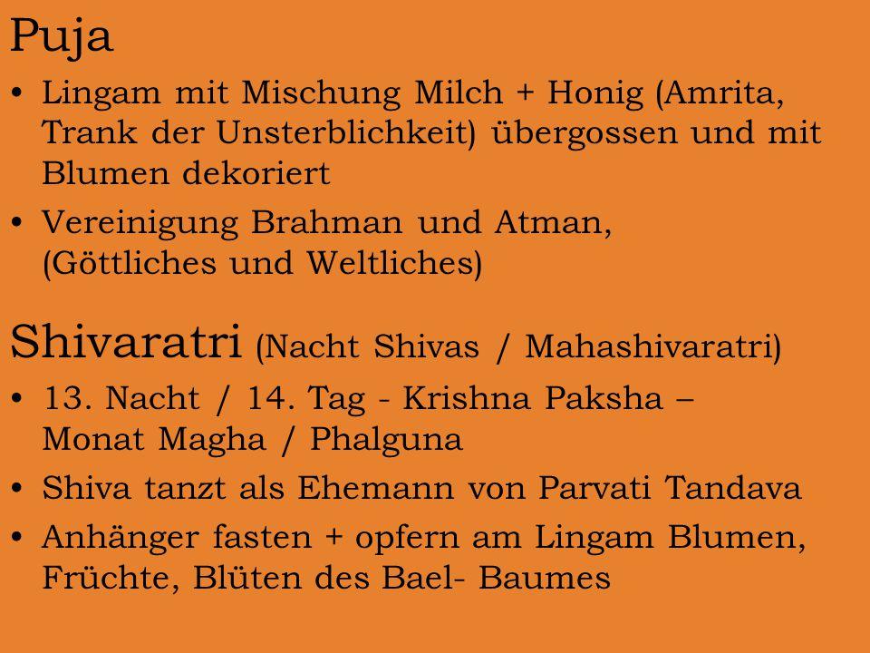 Puja Lingam mit Mischung Milch + Honig (Amrita, Trank der Unsterblichkeit) übergossen und mit Blumen dekoriert Vereinigung Brahman und Atman, (Göttliches und Weltliches) Shivaratri (Nacht Shivas / Mahashivaratri) 13.
