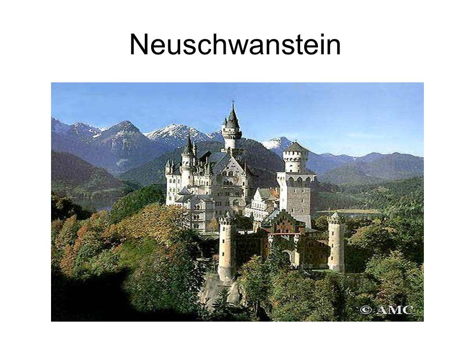 Neuschwanstein Umístění: nedaleko Füssenu, při hranici s Rakouskem. Neuschwanstein je velkolepý zámek, umístěný na vysokém skalnatém