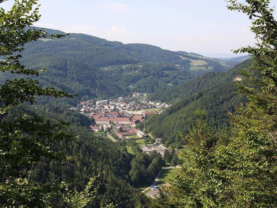 Das ist ein Kloster der Zisterzienser und wurde 1202 als Tochterkloster von Stift Heiligenkreuz gegründet.
