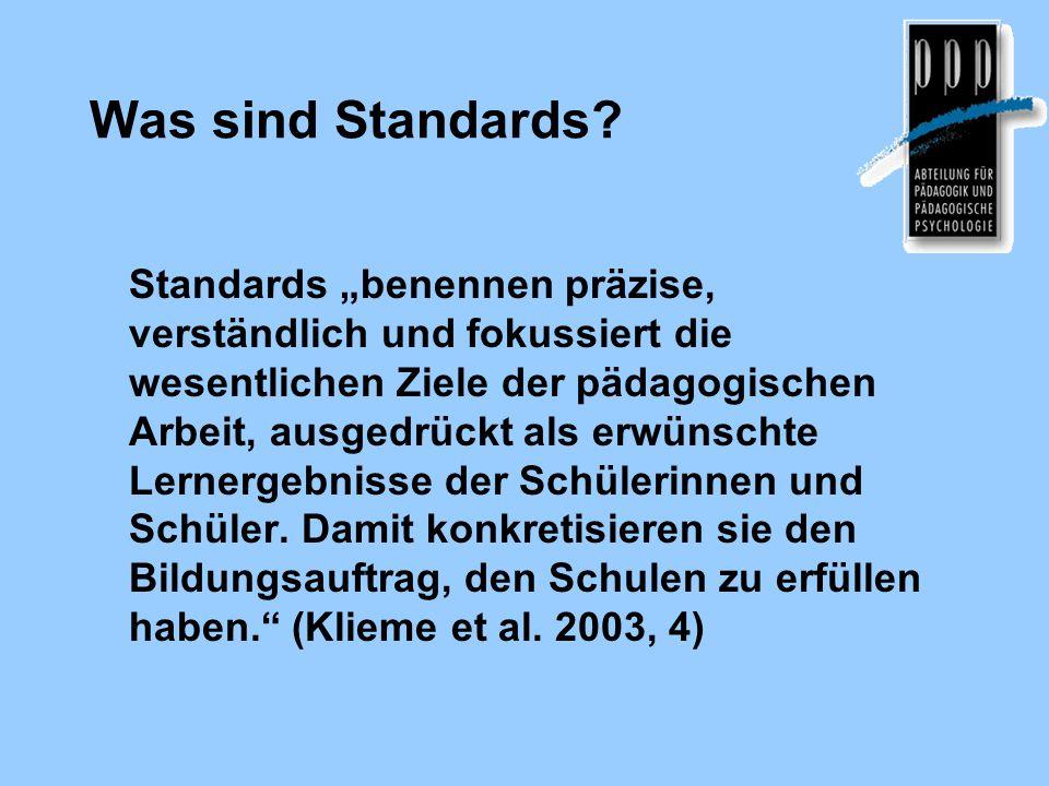 Merkmale von Standards Orientierung an Bildungszielen (nicht an Fachinhalten) Orientierung an Lernergebnissen der SchülerInnen = Kompetenzen = Fähigkeiten + Fertigkeiten + Bereitschaften Verknüpfung mit Aufgaben und Tests