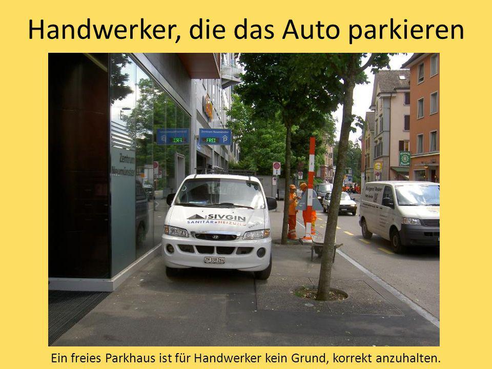 Handwerker, die das Auto parkieren Ein freies Parkhaus ist für Handwerker kein Grund, korrekt anzuhalten.