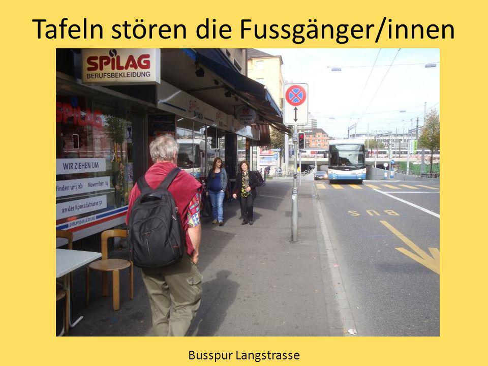 Tafeln stören die Fussgänger/innen Busspur Langstrasse