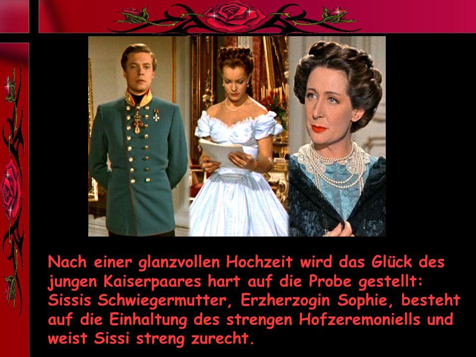 Nach einer glanzvollen Hochzeit wird das Glück des jungen Kaiserpaares hart auf die Probe gestellt: Sissis Schwiegermutter, Erzherzogin Sophie, besteht auf die Einhaltung des strengen Hofzeremoniells und weist Sissi streng zurecht.