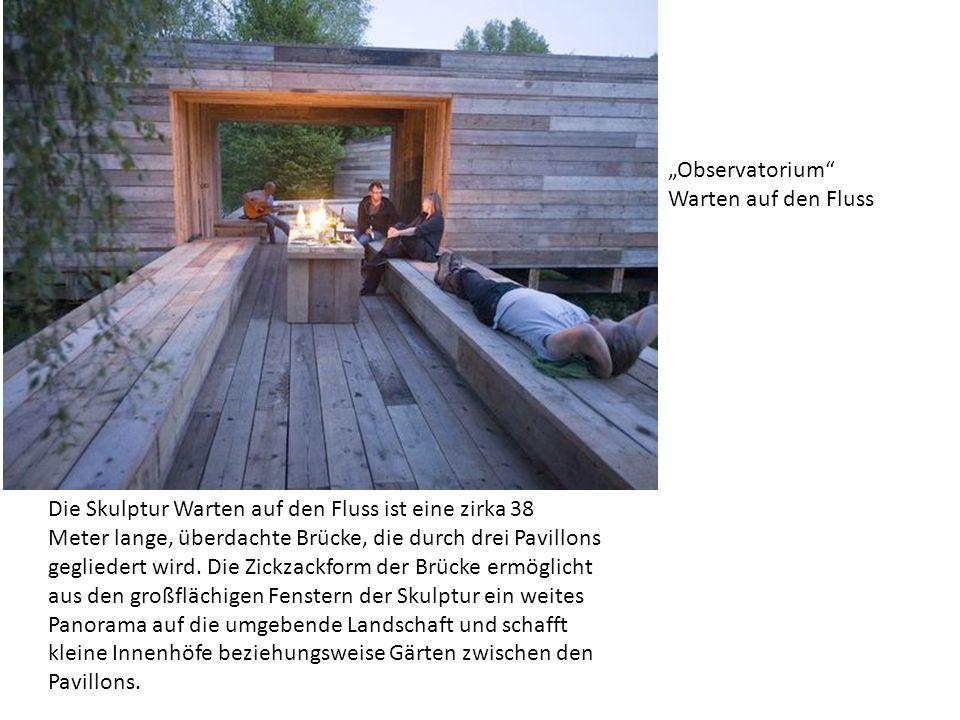 Die Skulptur Warten auf den Fluss ist eine zirka 38 Meter lange, überdachte Brücke, die durch drei Pavillons gegliedert wird.
