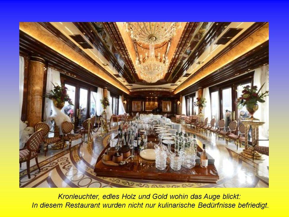 Kronleuchter, edles Holz und Gold wohin das Auge blickt: In diesem Restaurant wurden nicht nur kulinarische Bedürfnisse befriedigt.