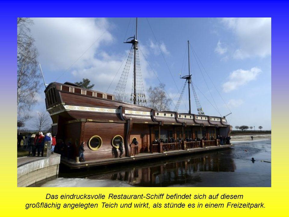 Das eindrucksvolle Restaurant-Schiff befindet sich auf diesem großflächig angelegten Teich und wirkt, als stünde es in einem Freizeitpark.