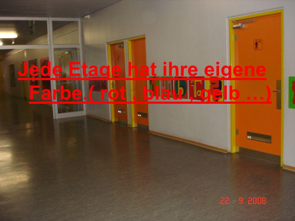 Jede Etage hat ihre eigene Farbe.( rot, blau, gelb …)