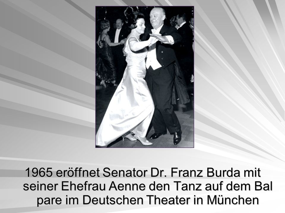 1965 eröffnet Senator Dr. Franz Burda mit seiner Ehefrau Aenne den Tanz auf dem Bal pare im Deutschen Theater in München