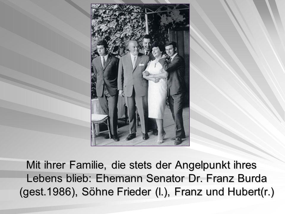 Mit ihrer Familie, die stets der Angelpunkt ihres Lebens blieb: Ehemann Senator Dr. Franz Burda (gest.1986), Söhne Frieder (l.), Franz und Hubert(r.)