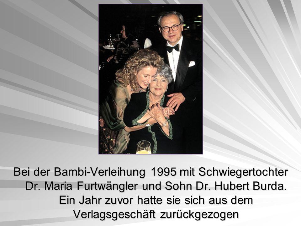 Bei der Bambi-Verleihung 1995 mit Schwiegertochter Dr. Maria Furtwängler und Sohn Dr. Hubert Burda. Ein Jahr zuvor hatte sie sich aus dem Verlagsgesch