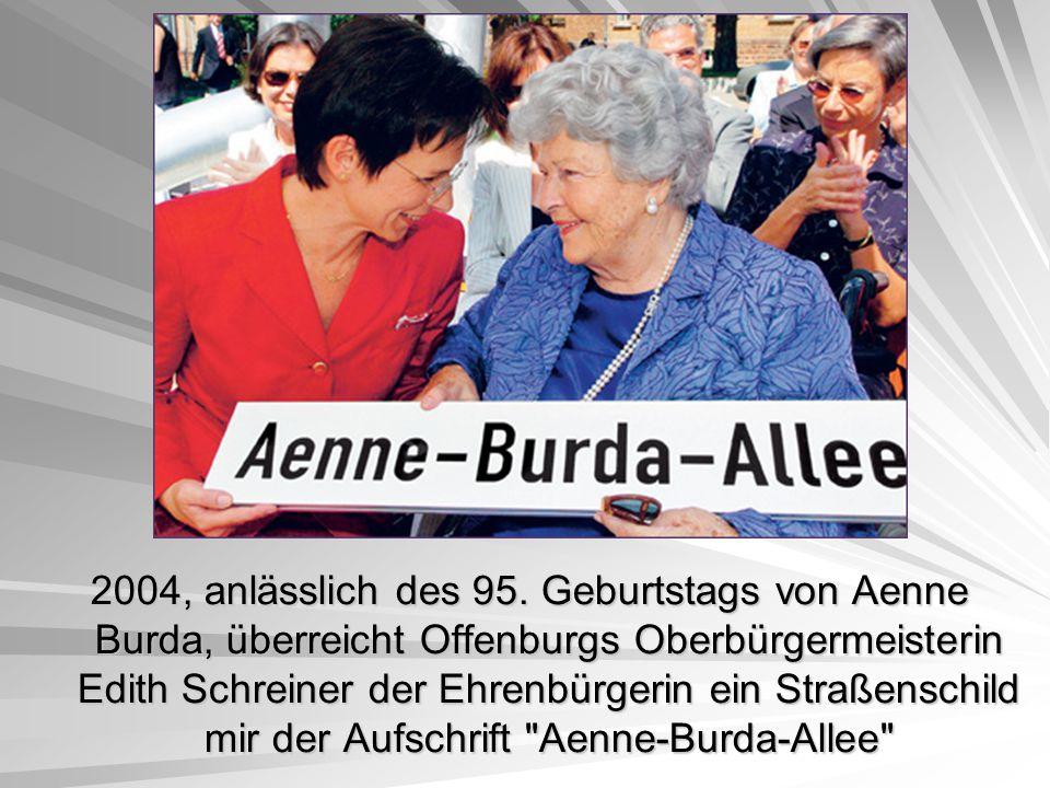 2004, anlässlich des 95. Geburtstags von Aenne Burda, überreicht Offenburgs Oberbürgermeisterin Edith Schreiner der Ehrenbürgerin ein Straßenschild mi