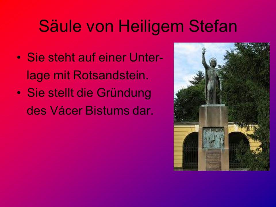 Säule von Heiligem Stefan Sie steht auf einer Unter- lage mit Rotsandstein. Sie stellt die Gründung des Vácer Bistums dar.