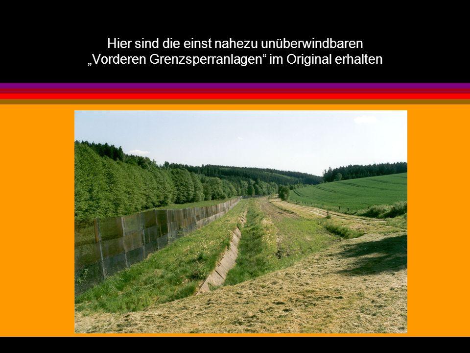 Der Grenzverlauf war durch Grenzsteine und Pfosten markiert.