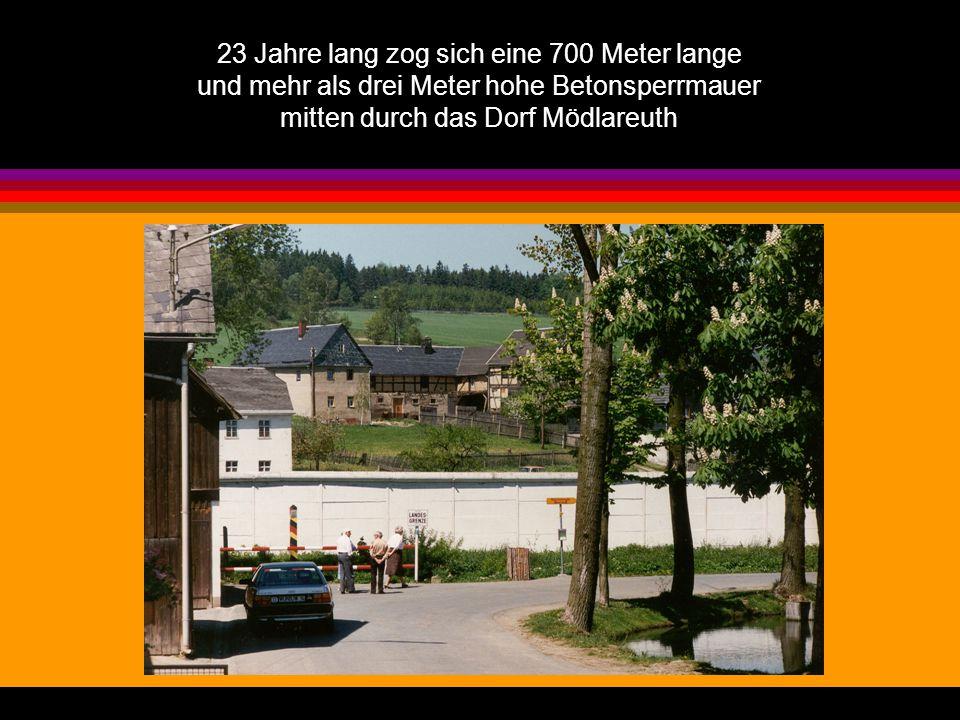 Am Ufer des Tannbachs erinnert eine rot-weiße Absperrung an die jahrzehntelange Teilung des Dorfes