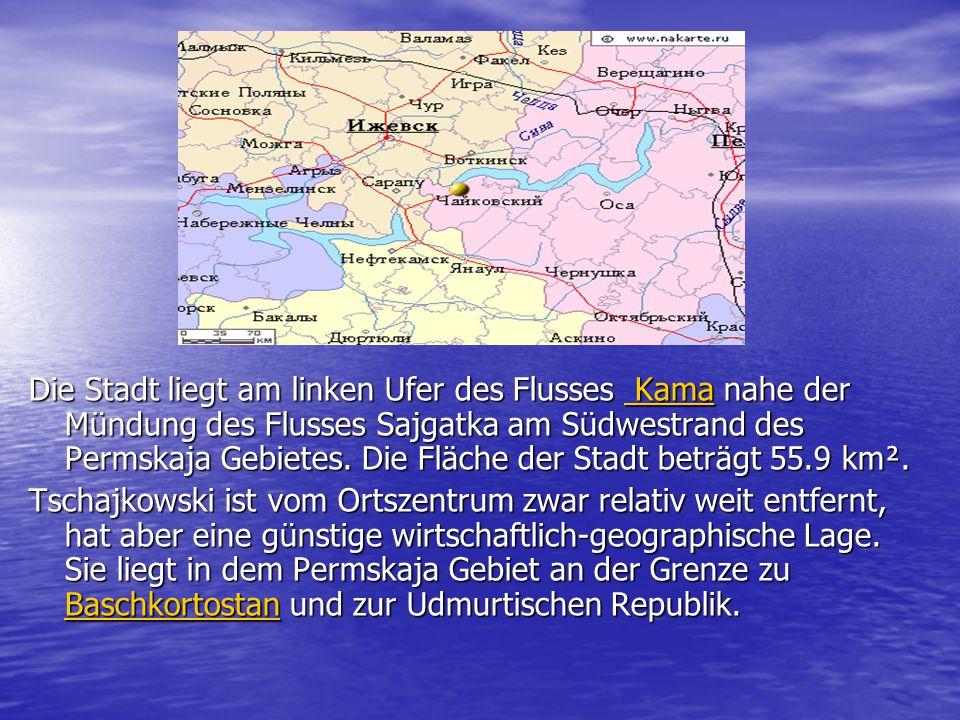 Die Stadt liegt am linken Ufer des Flusses Kama nahe der Mündung des Flusses Sajgatka am Südwestrand des Permskaja Gebietes. Die Fläche der Stadt betr