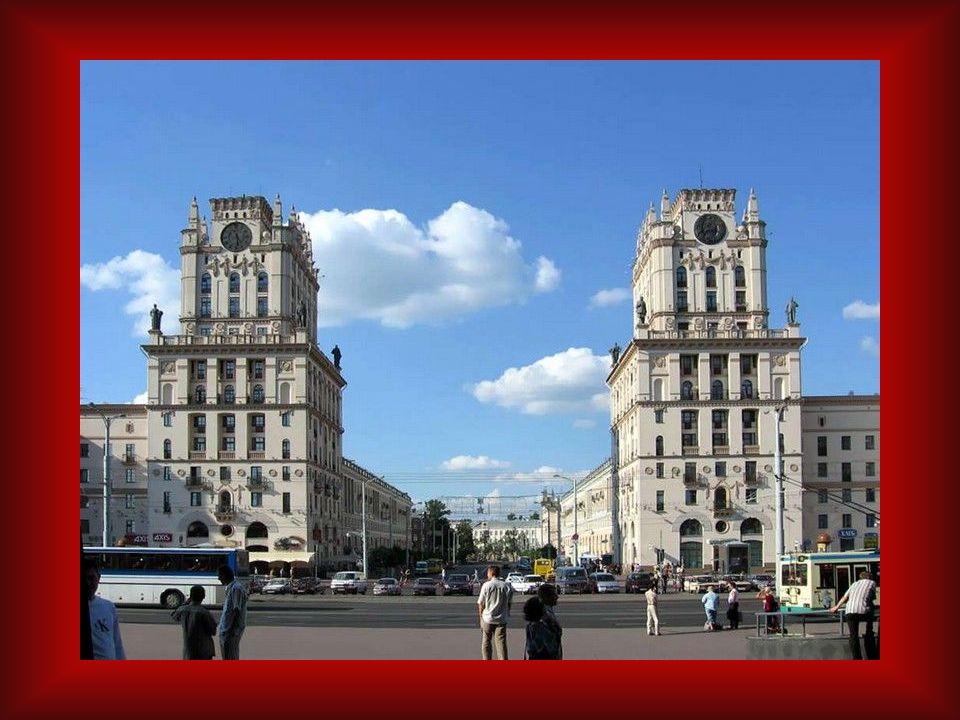 Der Platz des Sieges. 38 Meter hohe Obelisk