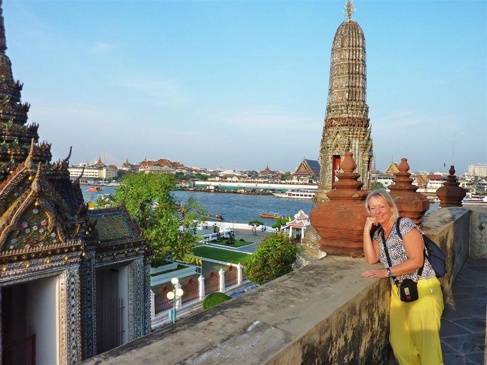 Auf vier steilen Treppen kann man den Tempel bis zu etwa der halben Höhe ersteigen und hat eine wunderbare Aussicht über das Tempelgelände sowie auf den Fluss Chao Phraya und die Stadt.