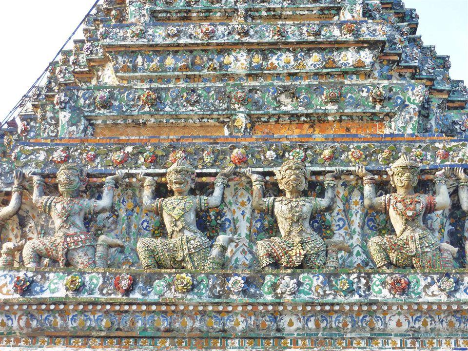 Grosse Vielfalt der Porzellanbruchstücke wie: zahlreiche merkwürdige Figuren aus ehemaligen chinesischen Handelsschiffen, zarte Vogelmädchen, lachende