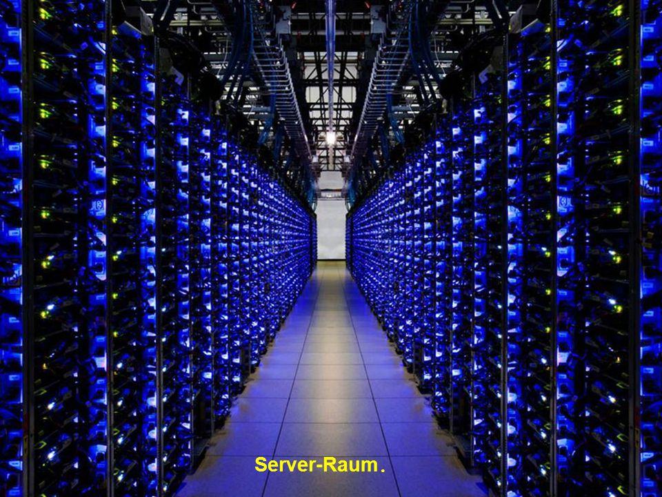 Die Computers erhitzen sich! Sie müssen daher gekühlt werden. Dieser Raum, ist der farbenprächtigste. Kühlmaschinen sind grün und die Farbe der Rohrle