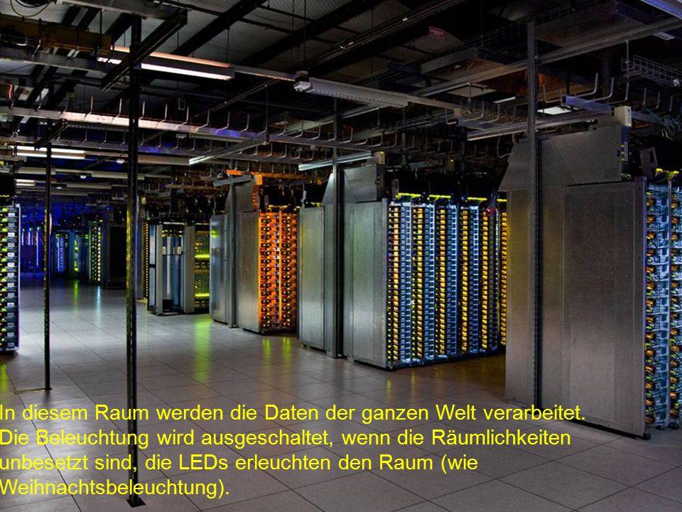 Hinter den Servern die Kühlventilatoren. Das grüne Licht ist von den LEDs auf der Vorderseite der Server.