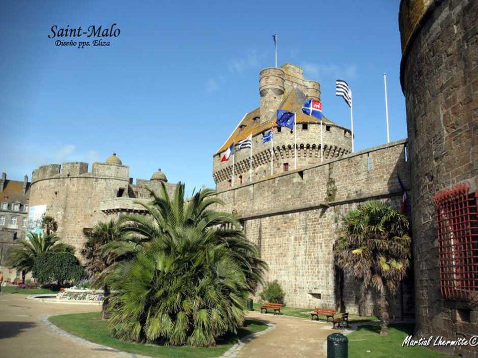 Wie ein Stein Boot auf Grund an der Mündung der Rance, wird die Saint-Malo Stadtmauer stolz neben dem Strand und Hafen angezeigt.