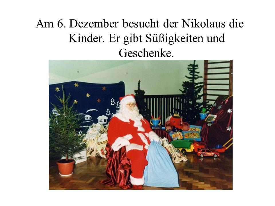 Am 6. Dezember besucht der Nikolaus die Kinder. Er gibt Süßigkeiten und Geschenke.