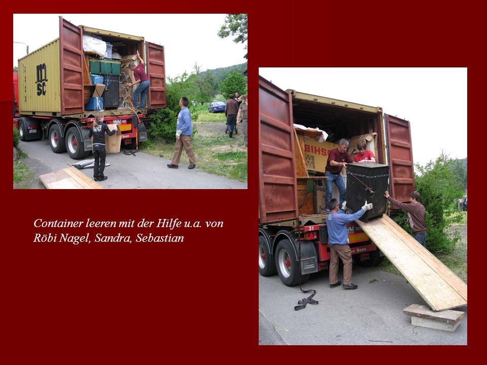 Container leeren mit der Hilfe u.a. von Röbi Nagel, Sandra, Sebastian