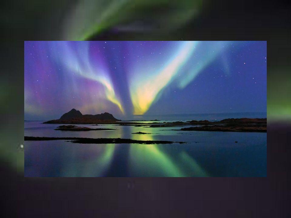 Das Nordlicht, auch Aurora Borealis genannt, leuchtet in den verschiedensten Farben über Narvik in Nordnorwegen