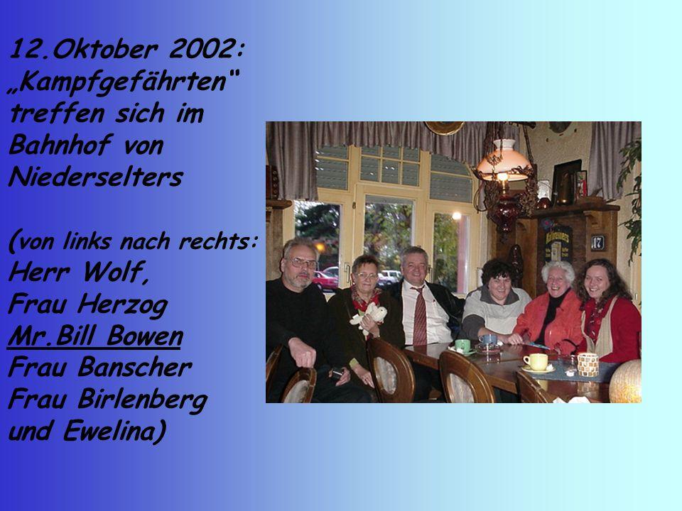 """12.Oktober 2002: """"Kampfgefährten treffen sich im Bahnhof von Niederselters ( von links nach rechts: Herr Wolf, Frau Herzog Mr.Bill Bowen Frau Banscher Frau Birlenberg und Ewelina)"""