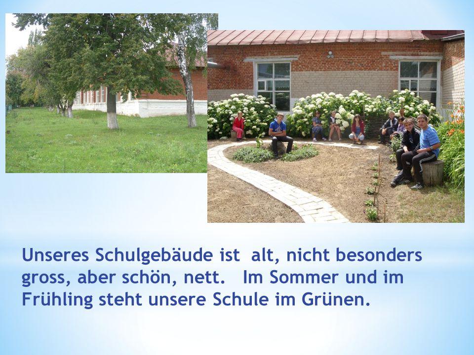 Unseres Schulgebäude ist alt, nicht besonders gross, aber schön, nett. Im Sommer und im Frühling steht unsere Schule im Grünen.