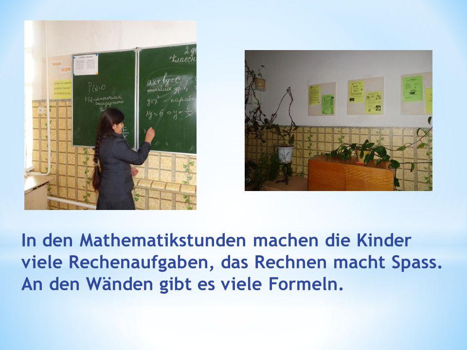 In den Mathematikstunden machen die Kinder viele Rechenaufgaben, das Rechnen macht Spass. An den Wänden gibt es viele Formeln.