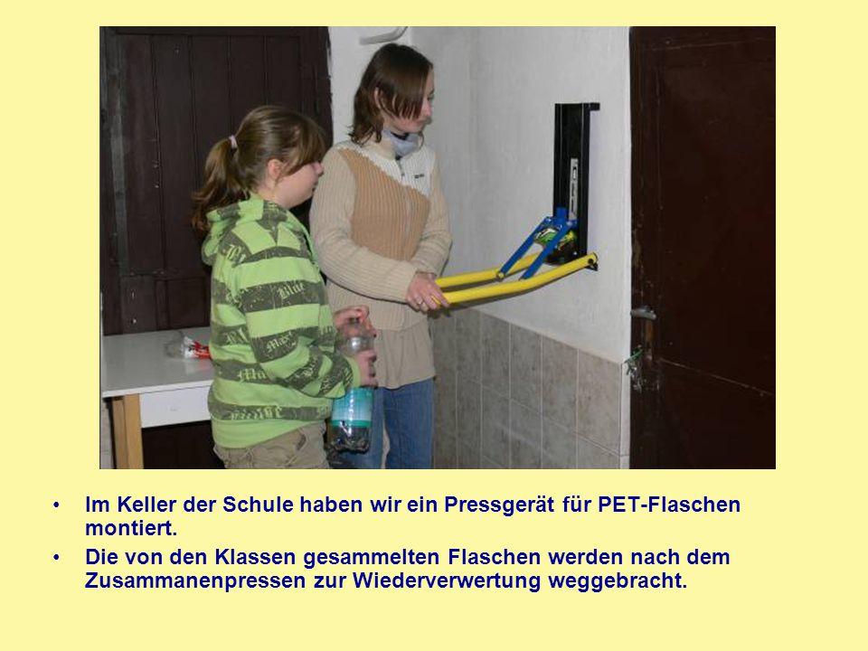 Im Keller der Schule haben wir ein Pressgerät für PET-Flaschen montiert. Die von den Klassen gesammelten Flaschen werden nach dem Zusammanenpressen zu