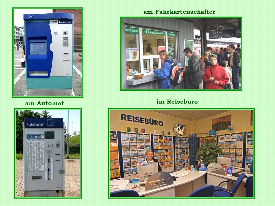 am Automat am Fahrkartenschalter im Reisebüro