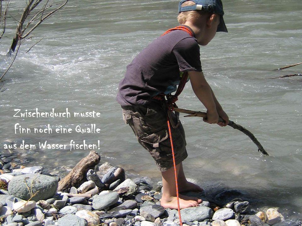 Zwischendurch musste Finn noch eine Qualle aus dem Wasser fischen!