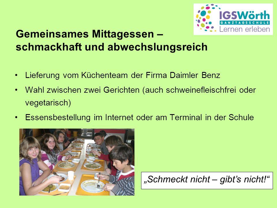 Gemeinsames Mittagessen – schmackhaft und abwechslungsreich Lieferung vom Küchenteam der Firma Daimler Benz Wahl zwischen zwei Gerichten (auch schwein