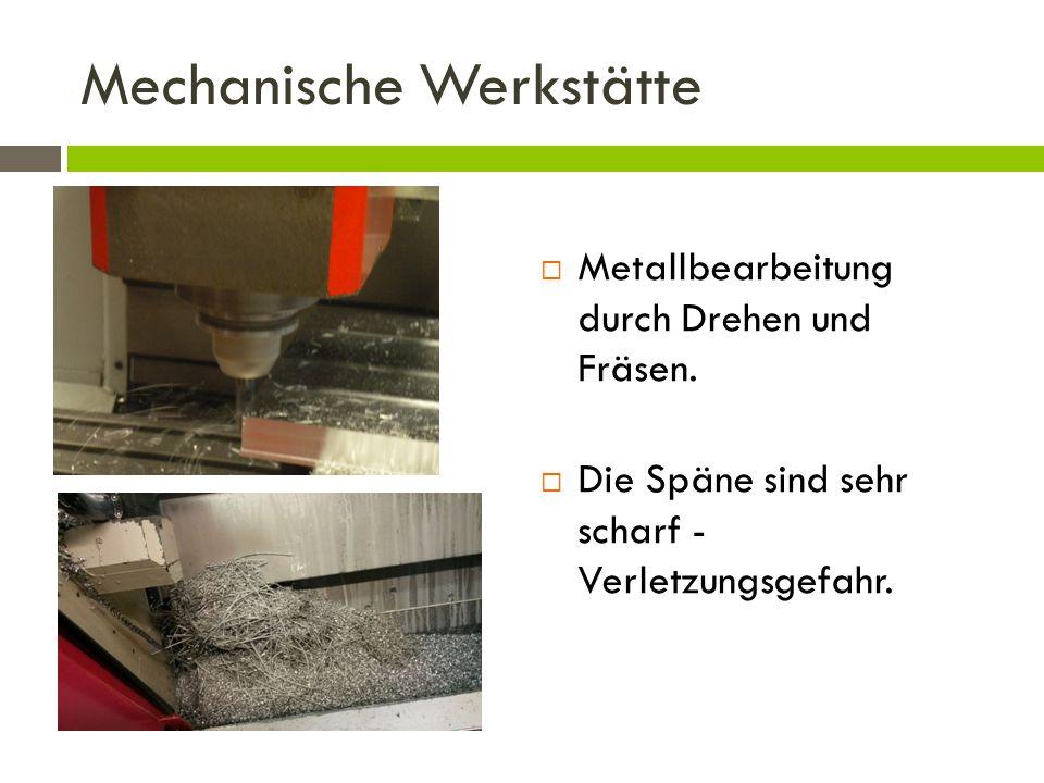 Mechanische Werkstätte  Metallbearbeitung durch Drehen und Fräsen.  Die Späne sind sehr scharf - Verletzungsgefahr.