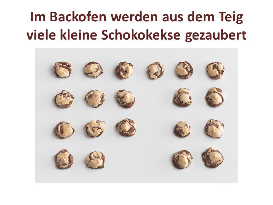 Im Backofen werden aus dem Teig viele kleine Schokokekse gezaubert