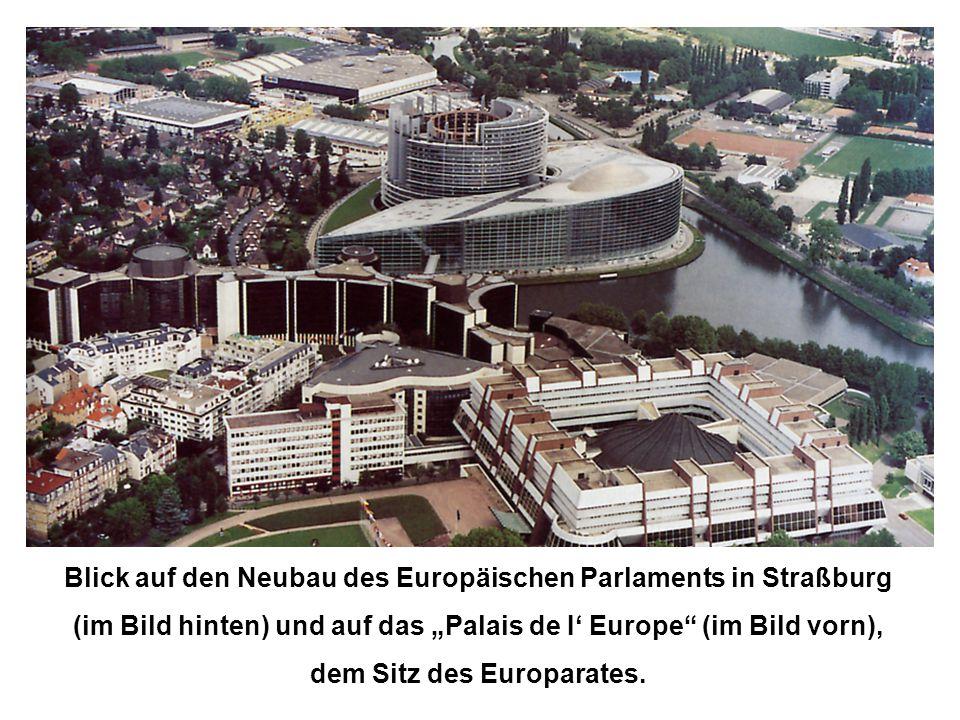 """Blick auf den Neubau des Europäischen Parlaments in Straßburg (im Bild hinten) und auf das """"Palais de I' Europe"""" (im Bild vorn), dem Sitz des Europara"""