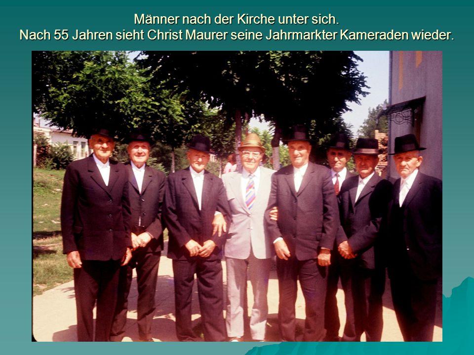 Männer nach der Kirche unter sich. Nach 55 Jahren sieht Christ Maurer seine Jahrmarkter Kameraden wieder.