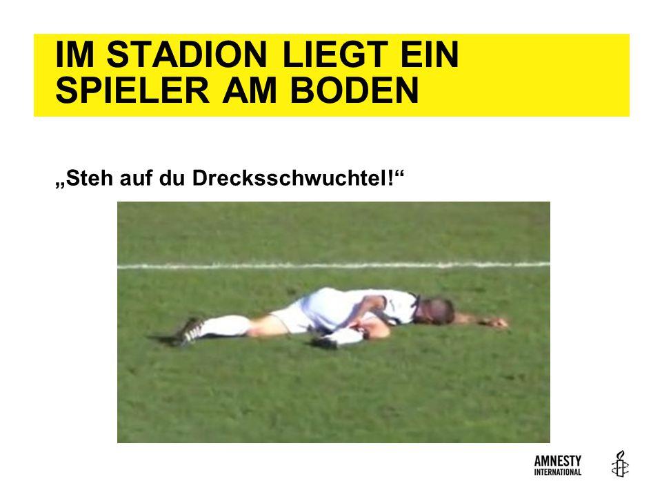 """IM STADION LIEGT EIN SPIELER AM BODEN """"Steh auf du Drecksschwuchtel!"""