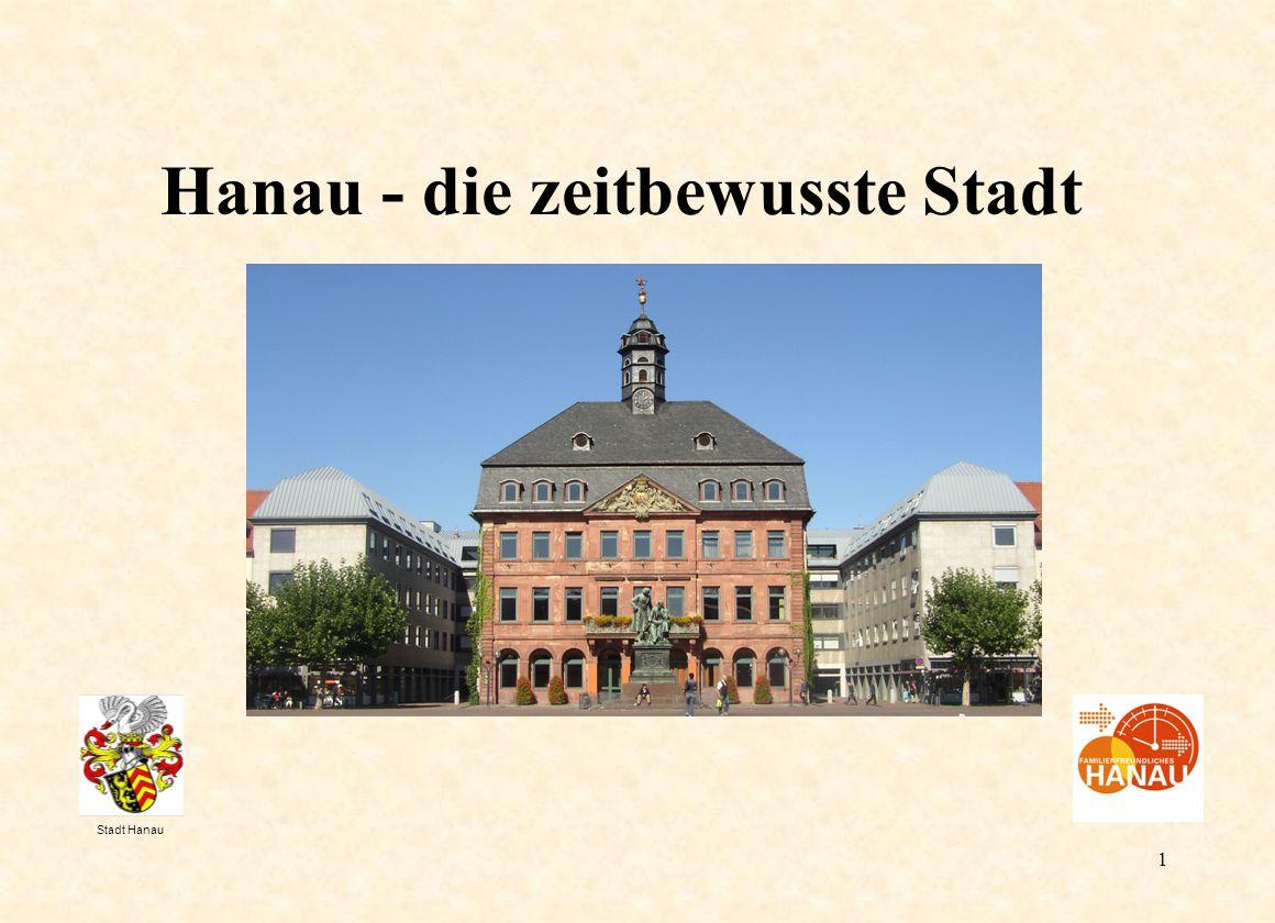 2 H a n a u Strukturwandel vom zweitgrößten Industriestandort im Rhein-Main-Gebiet zum Dienstleistungsstandort Einwohnerzahl: 90.000 Hanau hält seit Jahren die Bewölkerungsgröße konstant durch Zuwanderung 52 % der Bevölkerung ist weiblich.