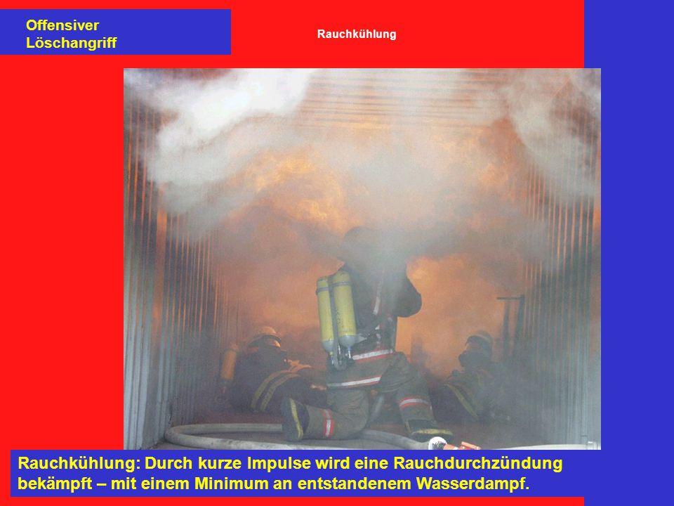 Rauchkühlung: Durch kurze Impulse wird eine Rauchdurchzündung bekämpft – mit einem Minimum an entstandenem Wasserdampf. Offensiver Löschangriff Rauchk