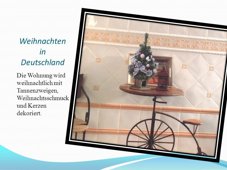 Weihnachten in Deutschland Die Wohnung wird weihnachtlich mit Tannenzweigen, Weihnachtsschmuck und Kerzen dekoriert.