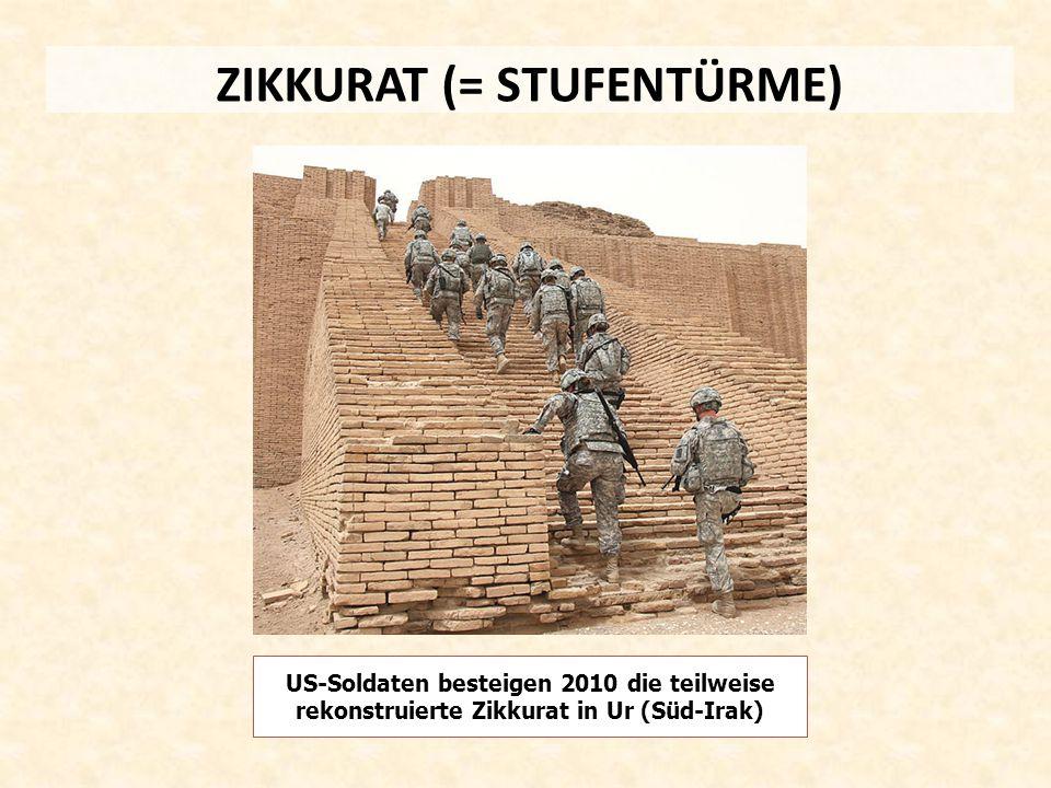 ZIKKURAT (= STUFENTÜRME) US-Soldaten besteigen 2010 die teilweise rekonstruierte Zikkurat in Ur (Süd-Irak)