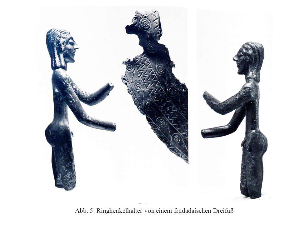 Abb. 6: Bronzeblech mit reliefierten Metopenfeldern von einem Dreifußbein.