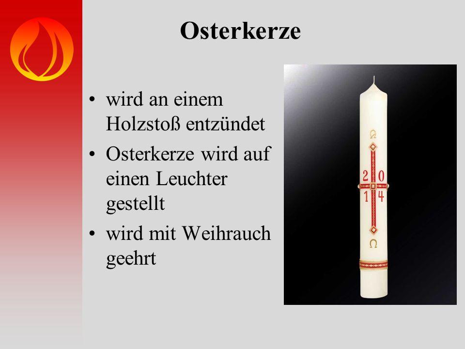 Osterkerze wird an einem Holzstoß entzündet Osterkerze wird auf einen Leuchter gestellt wird mit Weihrauch geehrt