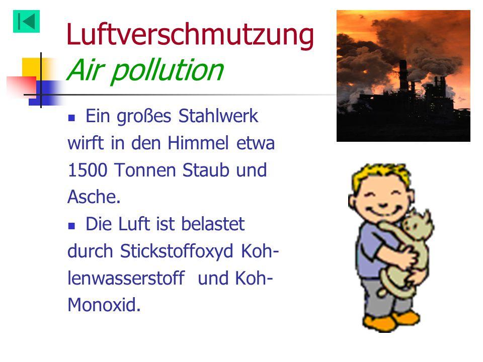 Luftverschmutzung Air pollution Ein großes Stahlwerk wirft in den Himmel etwa 1500 Tonnen Staub und Asche. Die Luft ist belastet durch Stickstoffoxyd