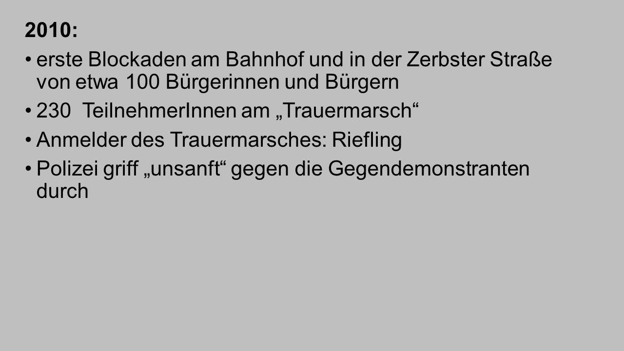 """2010: erste Blockaden am Bahnhof und in der Zerbster Straße von etwa 100 Bürgerinnen und Bürgern 230 TeilnehmerInnen am """"Trauermarsch"""" Anmelder des Tr"""