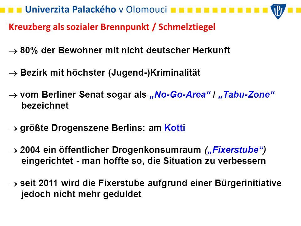 """Kreuzberg als sozialer Brennpunkt / Schmelztiegel  80% der Bewohner mit nicht deutscher Herkunft  Bezirk mit höchster (Jugend-)Kriminalität  vom Berliner Senat sogar als """"No-Go-Area / """"Tabu-Zone bezeichnet  größte Drogenszene Berlins: am Kotti  2004 ein öffentlicher Drogenkonsumraum (""""Fixerstube ) eingerichtet - man hoffte so, die Situation zu verbessern  seit 2011 wird die Fixerstube aufgrund einer Bürgerinitiative jedoch nicht mehr geduldet"""